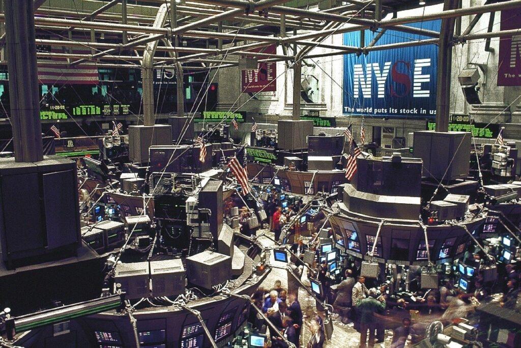 Bolsas globais operam em queda com investidores adotando cautela, diz BTG