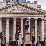 Expectativa de pacote de auxílio financeiro eleva ações mundiais nesta sexta-feira